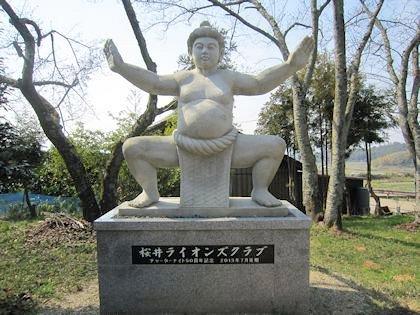 相撲神社の手数入り像